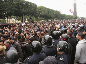 2011-01-14T125241Z_949305936_GM1E71E1LPT01_RTRMADP_3_TUNISIA-PROTESTS.jpg